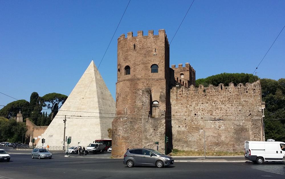 ピラミデとサン・パオロ門