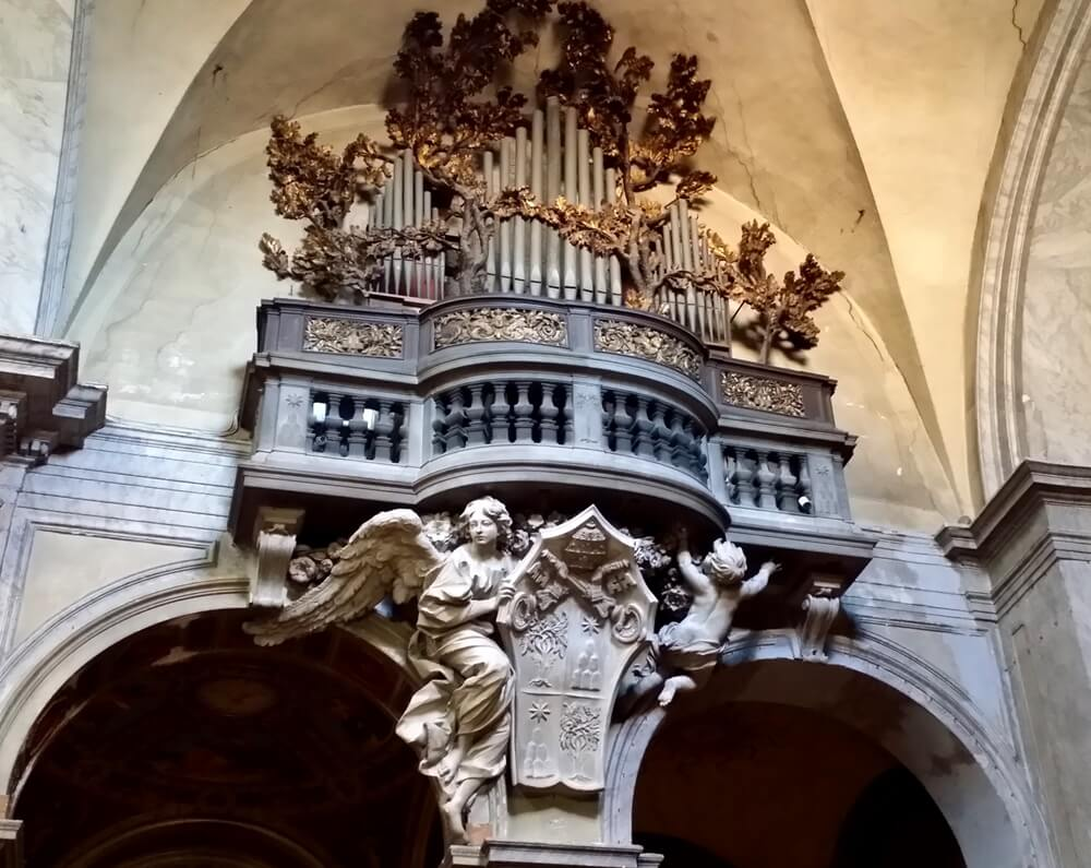 オルガンの下の天使像