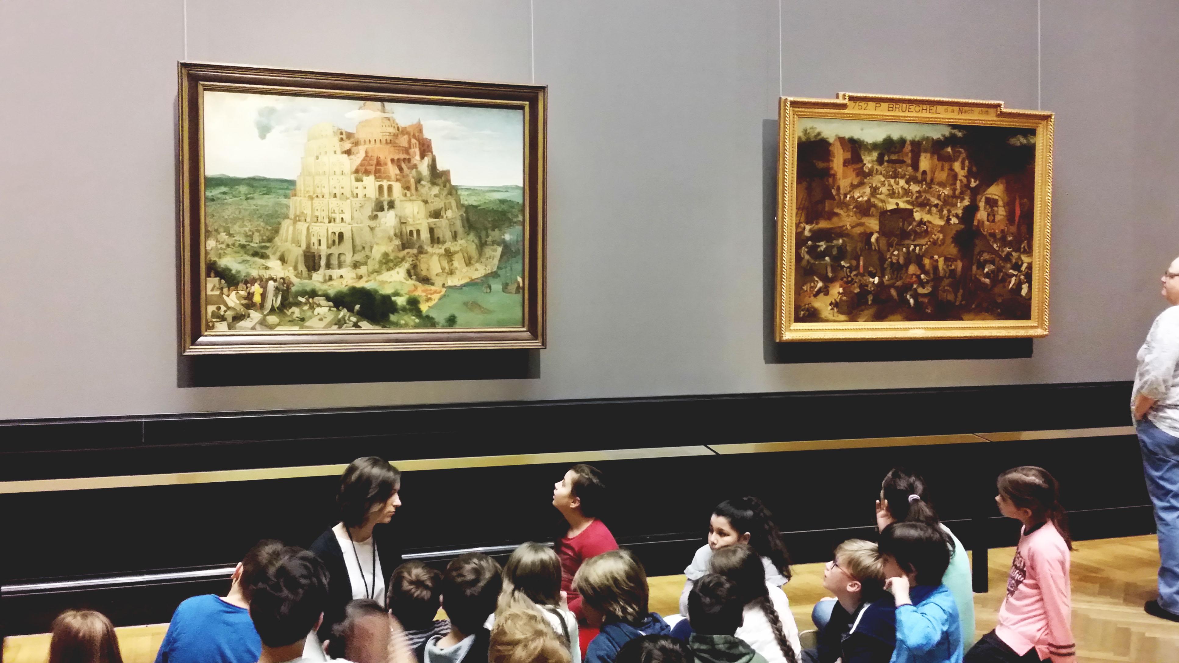 バベルの塔を見る小学生
