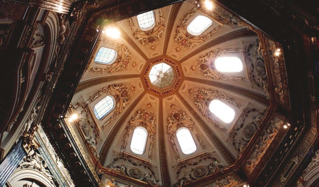 席から見上げる天井
